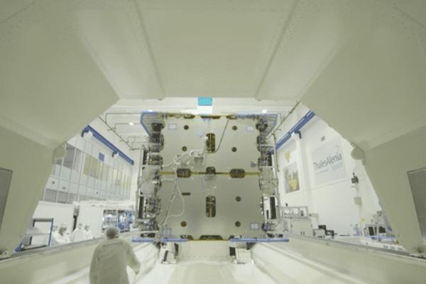 """L'ensemble de la partie """"charge utile"""" (partie télécommunication) a été assemblée à Thales Alenia Space à Toulouse (Haute-Garonne) avant d'être envoyé à Cannes (Alpes-Maritimes) afin d'assembler définitivement le satellite Konnect VHTS."""