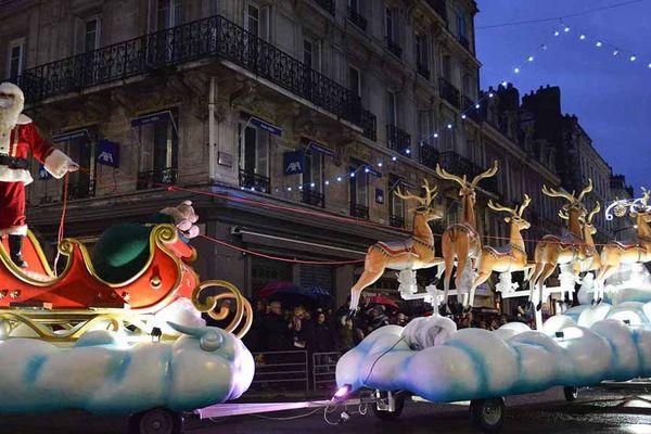 La parade de Noël rue Jeanne d'Arc à Rouen