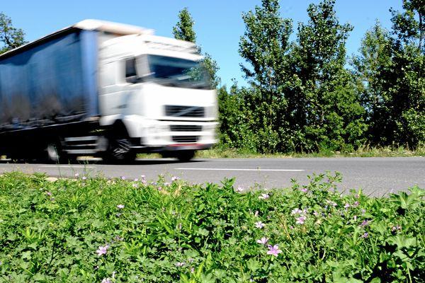 Un camion sur une route du Languedoc