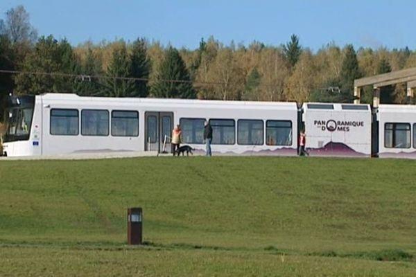 Fermé depuis le 15 octobre pour des travaux de maintenance, le Panoramique des Dômes devait reprendre du service samedi matin, deux semaines plus tard. Mais le givre l'a immobilisé à quai.