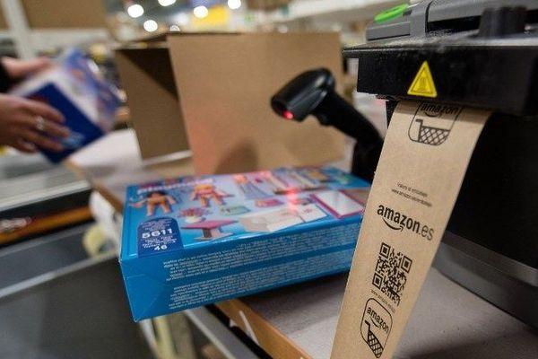En France, quatre sites assurent la logistique d'Amazon, le le géant américain de la vente en ligne.