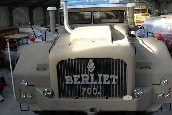 Un mastodonte se prépare à prendre la route : le T100 va quitter la Fondation Berliet direction le salon Rétromobile de Paris