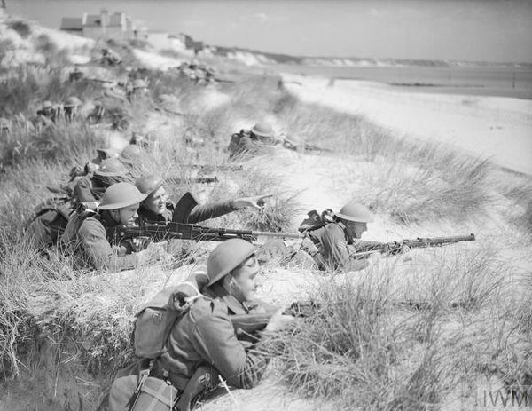 Des soldats britanniques à l'entraînement sur une plage de Poole (Dorset, sud-ouest de l'Angleterre), le 31 juillet 1940.