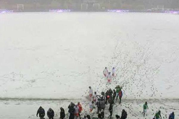 Les équipes quittent le terrain transformé en champ de neige