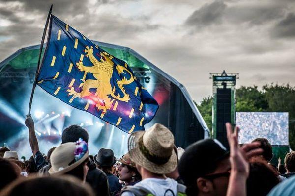 Les festivaliers devant la grande scène du festival