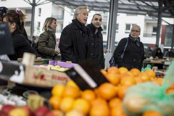 Francois Rebsamen en visite sur un marché de Dijon le 24 octobre 2013