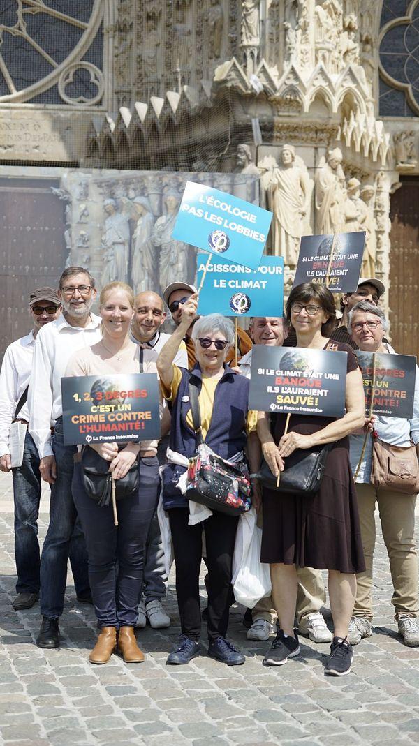 À la fin de la manifestation, ils sont une dizaine de sympathisants de la France insoumise devant la cathédrale. Parmi eux, Laure Manesse (devant à gauche), 59e sur la liste pour les élections européennes.