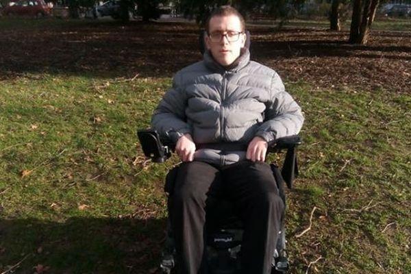 Mathias Griffel espère récolter suffisamment d'argent sur sa cagnotte en ligne pour financer l'achat d'une voiture pouvant accueillir son fauteuil roulant au volant.