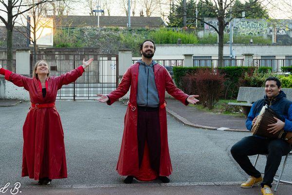Valeria et Alex, accompagnés de leur complice Saad, dans une de leurs criées publiques quotidiennes dans le 7e arrondissement de Lyon
