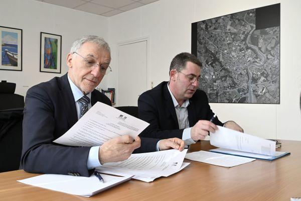 En mars 2020, Jean Rochelle est alors maire d'Auray. Après l'annonce d'un cluster dans le Morbihan, il est sur le pont avec son premier adjoint Jean-Michel Lassalle.