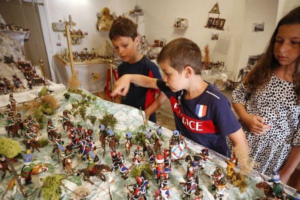 Un jeu pour les enfants : retrouver les intrus qui se sont cachés parmi les soldats de Napoléon.