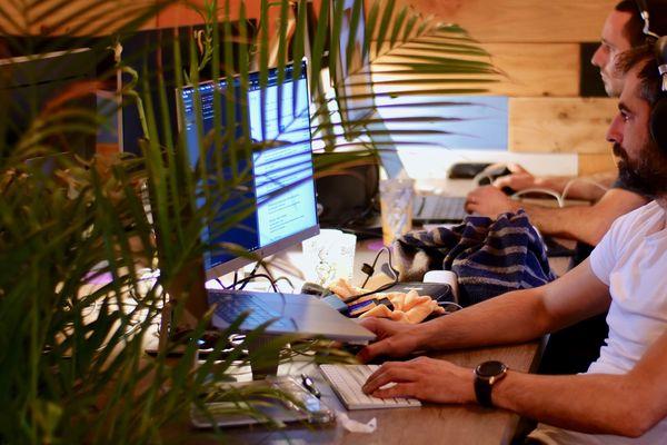 Au premier plan, Bruno Sagnardon, développeur web, créateur de Covidon.