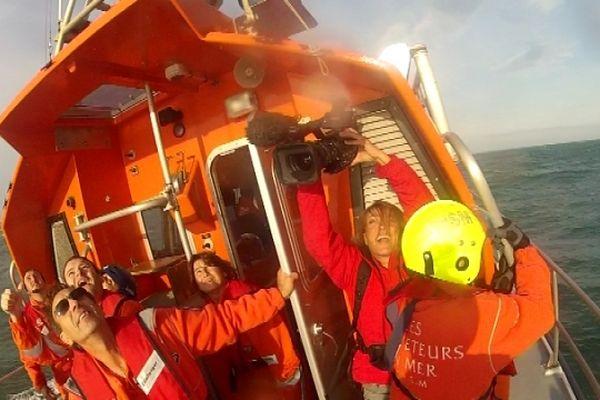 Juliette s'est positionnée dans la vedette pour filmer l'hélicoptère venu récupérer le naufragé blessé