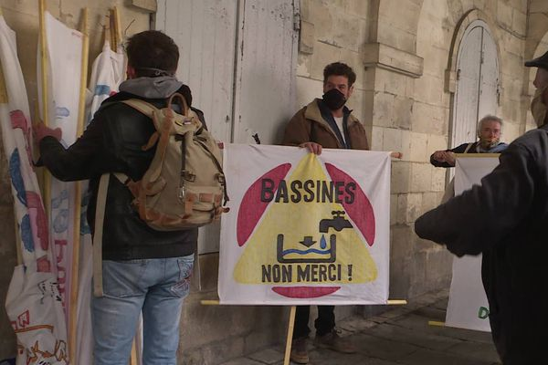 Les militants du Collectif Bassines Non Merci devant le tribunal correctionnel de La Rochelle, ce mercredi 13 janvier 2021.