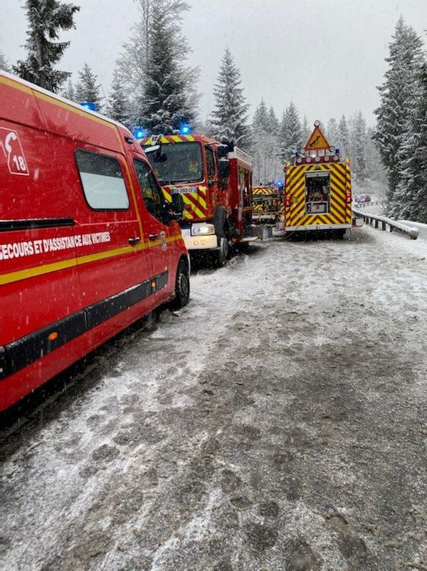 Le car scolaire s'est renversé sur la route départementale D9 entre Saint-Antoine et Labergement dans le Haut-Doubs.
