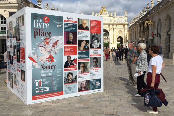 Comme à chaque édition, ils sont plusieurs milliers à arpenter la place Stanislas et la place de la Carrière pour découvrir ou rencontrer leurs écrivains préférés à l'occasion du Livre sur la Place.