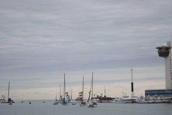 Les bateau quittent le port du Havre pour rejoindre le large.