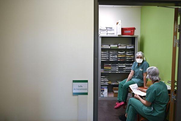55 personnes sont toujours hospitalisées dans l'un des deux hôpitaux publics corses en raison d'une infection au virus, dont 7 en services de réanimation ou de soins intensifs.