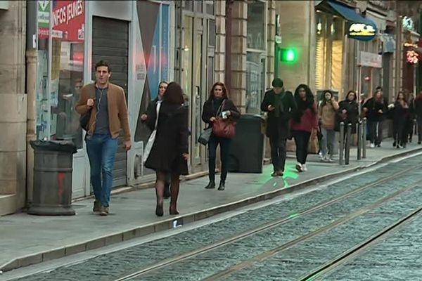 Les piétons marchaient le long des voies de tramway ce lundi matin
