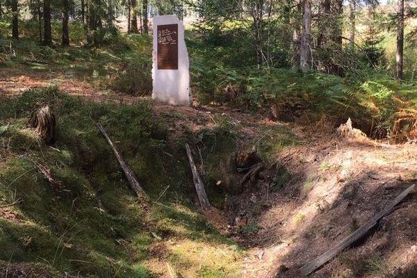 La stèle en hommage à Armand Gatti, devant sa cache dans la forêt de Berbeyrolle en Corrèze.
