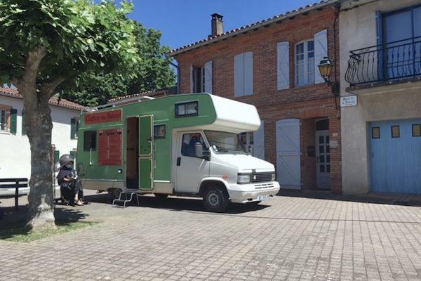 Dans le Lauragais près de Toulouse : un salon de coiffure ambulant aménagé dans un camping-car.