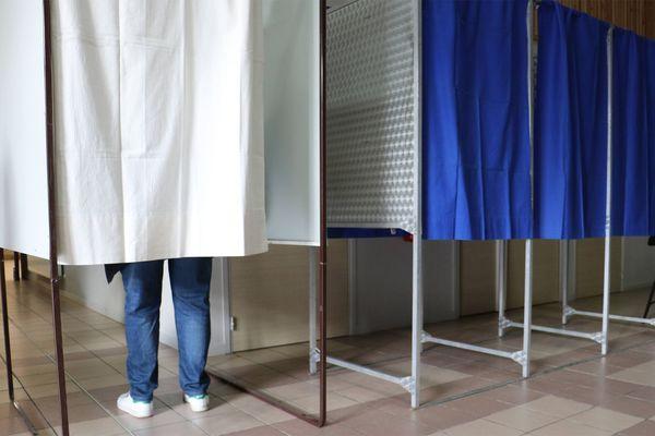 Photo de plusieurs isoloirs dans un bureau de vote lillois, dimanche 28 juin.