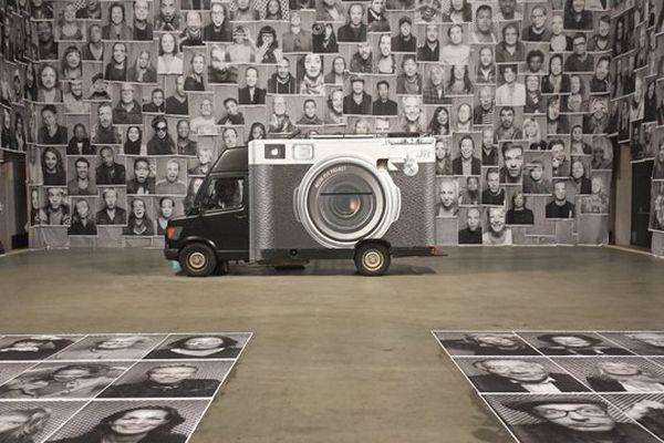 Le camion photographique de JR, entouré des portraits qu'il a déjà réalisé