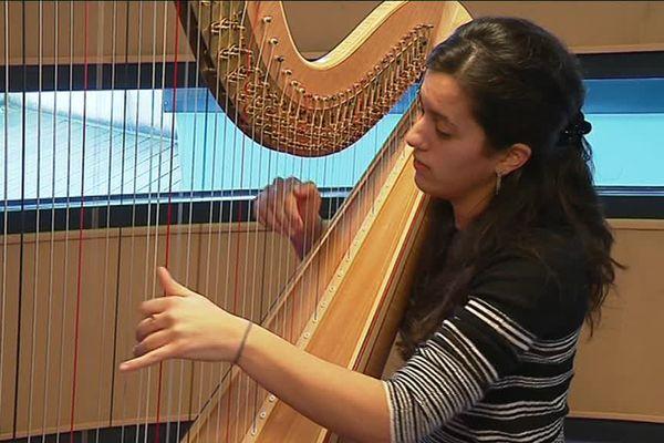 Une jeune harpiste concourt lors de la 9ème édition du concours international de Harpe de Limoges
