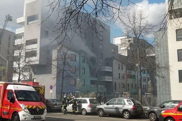 Entre 20 et 30 pompiers ont participé à l'extinction de l'incendie.