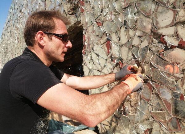 Anonyme commence à retirer les premiers miroirs du blockhaus sur la plage de Leffrinckoucke.