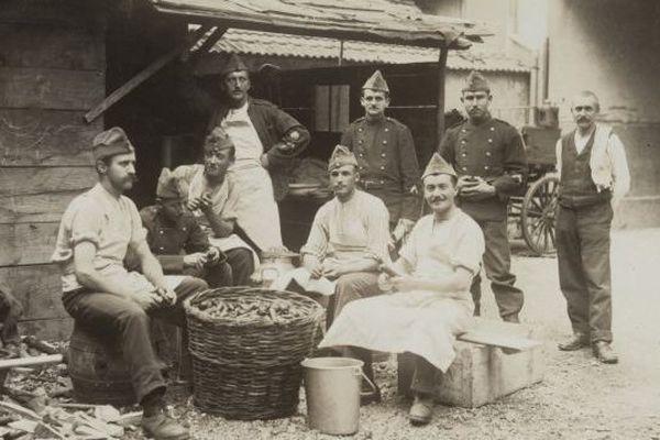 Militaires et paysans travaillent ensemble dans l'Ajoie. Source Musée de l'Hotel-Dieu de Porrentruy