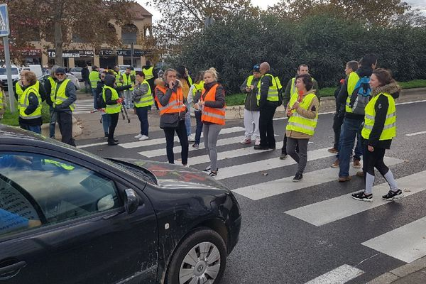 Les gilets jaunes bloquent la circulation aux automobilistes à Biguglia.