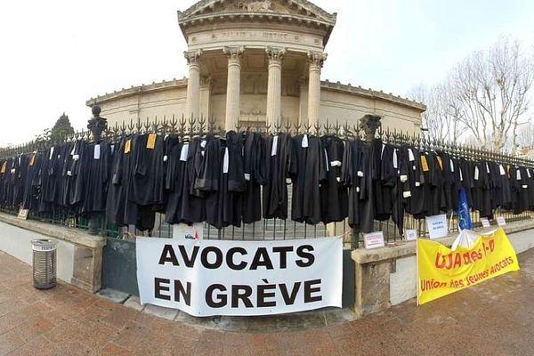 Perpignan - les avocats en grève ont déposé leurs robes devant le palais de justice - février 2020.