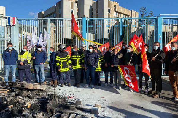 Plus de 200 personnes étaient réunies devant la préfecture de Haute-Corse, puis la mairie de Bastia, à l'appel des syndicats, ce mardi 19 janvier.