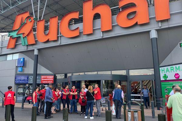 Une vingtaine de salariés du magasin Auchan de Villetaneuse (Seine-Saint-Denis) a débrayé ce samedi matin contre le projet de rachat de l'entreprise.