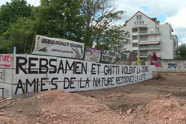 """Le collectif entend lutter contre la """"politique mortifère"""" de la mairie et du maire de Dijon, François Rebsamen."""