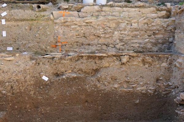 Sur ce mur du site de l'ex clinique Sainte-Marthe, à Dijon, deux couches distinctes sont visibles, témoins d'époques différentes.