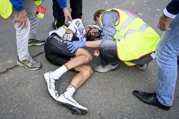 Julien Alaphilippe a chuté lors du Tour des Flandres à une trentaine de kilomètres de l'arrivée. Le champion du monde a percuté une moto avant de faire un soleil spectaculaire. Il souffre de deux fractures au poignet droit.