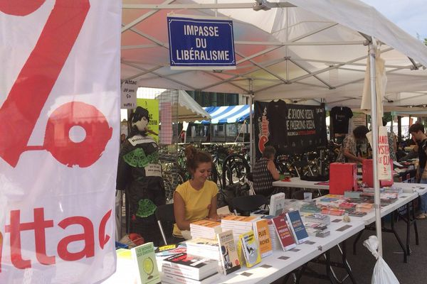 """200 associations et autres syndicats sont présents sur le campus de Grenoble pour cette université d'été """"solidaire et rebelle""""."""