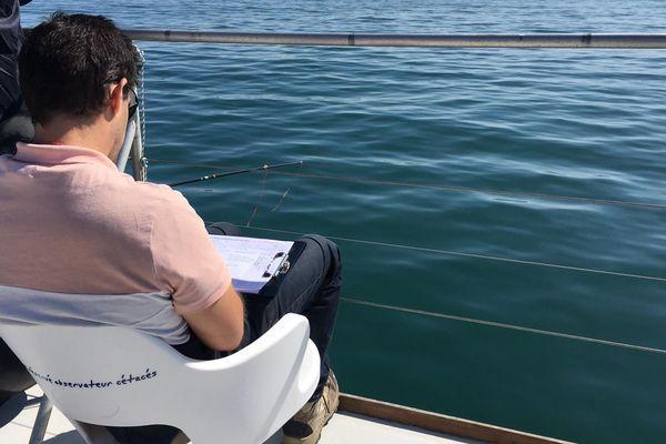 Une dizaine de professionnels de l'environnement participent à une formation pour déterminer la densité des déchets en Méditerranée