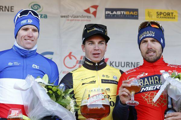 Dylan Groenewegen a remporté la semi-classique Kuurne-Bruxelles-Kuurne en s'imposant au sprint devant Arnaud Démare (à gauche) et Sonny Colbrelli (à droite), dimanche 25 février à Kuurne (Belgique).