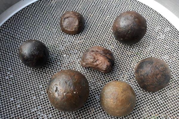 Des boules en bois ont été retrouvées au fond du puits.