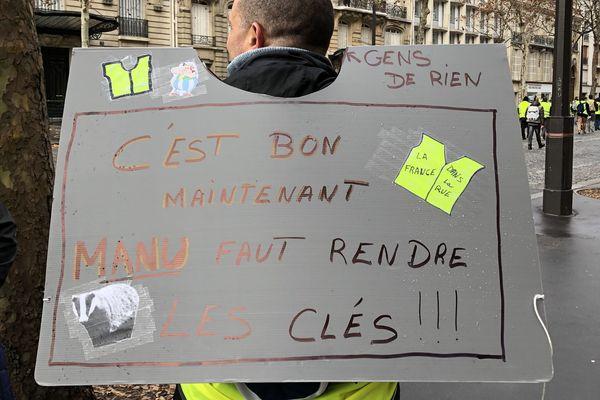 Avenue Marceau, proche de l'Etoile, un gilet jaune normand venu manifester