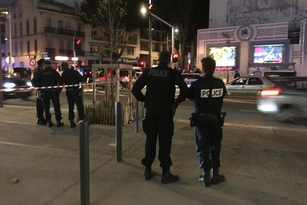 L'opération de polices est toujours en cours. Le forcené serait un déséquilibré bien connu dans le voisinage.