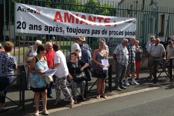 Le CAPER Bourgogne a organisé un rassemblement devant le tribunal de Mâcon, en Saône-et-Loire, jeudi 6 juillet 2017 pour dénoncer la décision du parquet de Paris de stopper les investigations dans plusieurs enquêtes pénales concernant l'amiante.