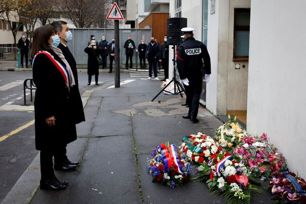 Anne Hidalgo et Gérald Darmanin rendent hommage ce jeudi 7 janvier aux victimes des attentats de janvier 2015, ici au 10, rue Nicolas Appert, à l'occasion du sixième anniversaire des attaques.