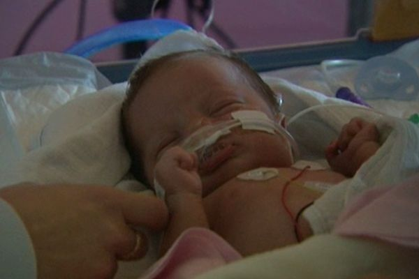 Ce bébé a moins d'un mois et est hospitalisé à cause de la bronchiolite