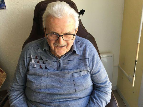 """Robert Dajoux, 88 ans, """"encabané"""" dans sa chambre mais l'appétit ne l'a pas quitté."""