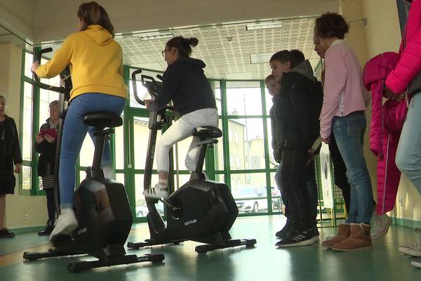 Les élèves du collège Saint-Privat de Mende, en Lozère, doivent pédaler 54.000 kilomètres pour atteindre leur objectif.