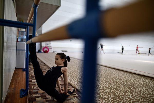 C'est lors de cours de gymnastique, le plus souvent à la barre, que l'éducateur sportif pratiquait des attouchements sur Maud alors âgée de 13 ans. Illustration